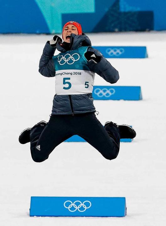 Da darf man schon mal abheben: Eric Frenzel feiert seinen erneuten Olympiasieg.  | Foto: dpa