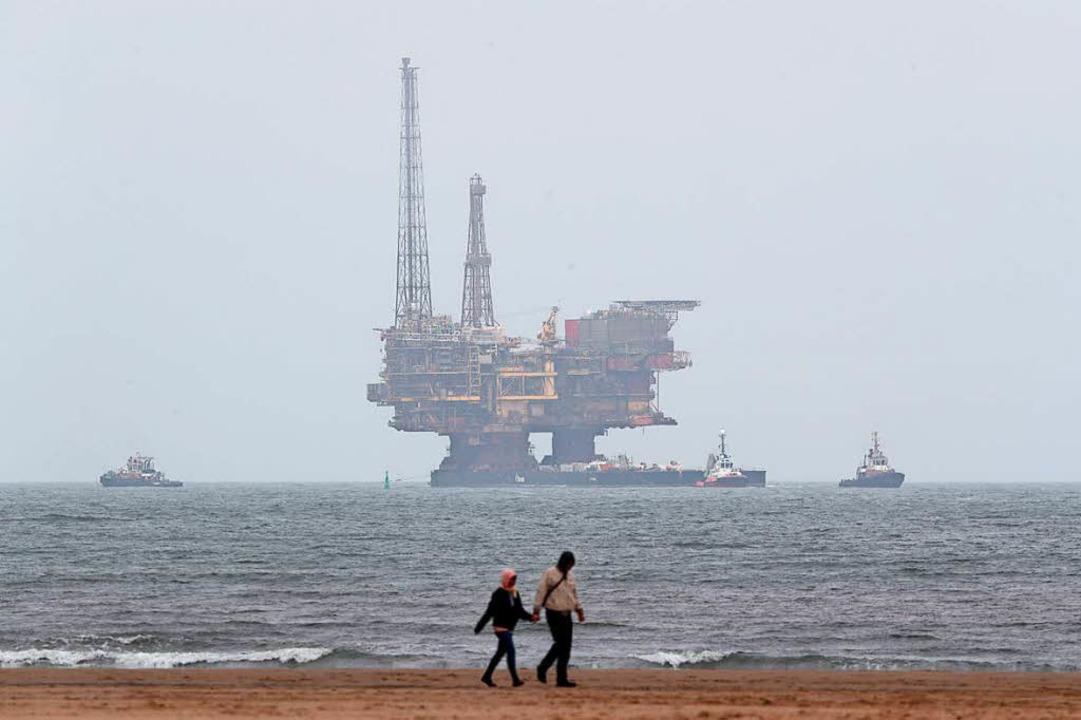 Eine Ölplattform von Shell wird 2017 i...hat nach wie vor in Shell investiert.   | Foto: dpa