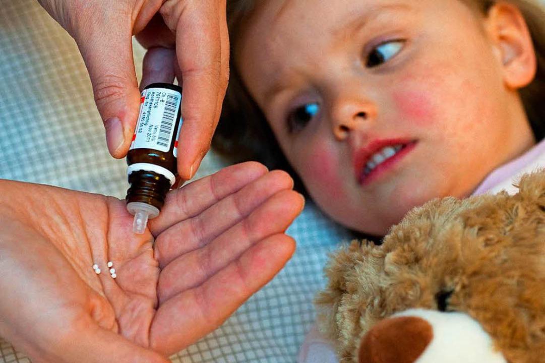 Homöopathische Globuli bestehen aus Zu...halten keine nachweisbaren Wirkstoffe.  | Foto: Patrick Pleul
