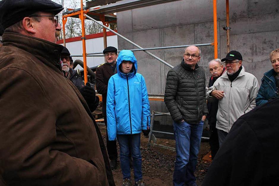 Knapp 50 BZ-Leser konnten bei einer Führung die Bauarbeiten für das generalüberholte Freibad besichtigen (Foto: Patrik Müller)