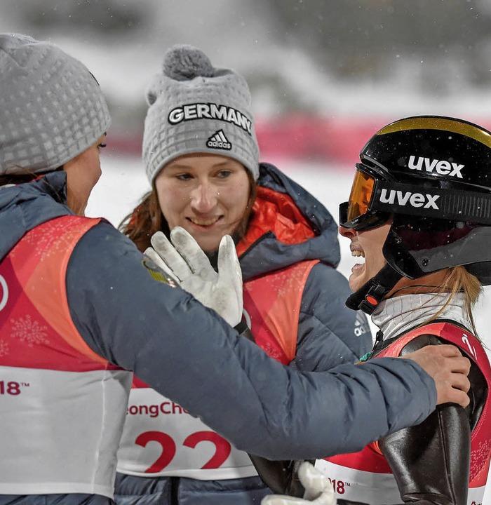 Mittendrin bei ihren ersten Olympische...medaillengewinnerin Katharina Althaus.  | Foto: dpa