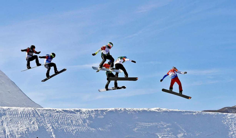 Der Wettbewerb im Snowboardcross wird zur riskanten Flugshow.  | Foto: dpa
