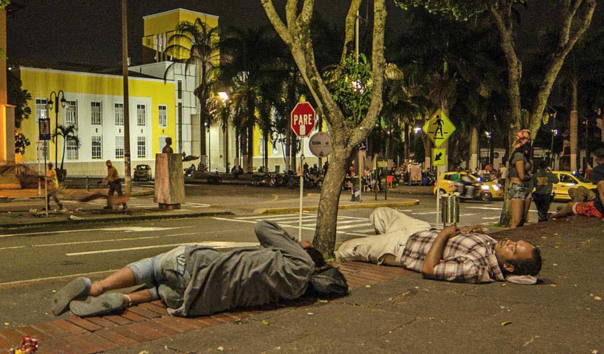 Erschöpfte Flüchtlinge aus Venezuela s...Park in Kolumbiens  Stadt Bucaramanga.  | Foto: dpa