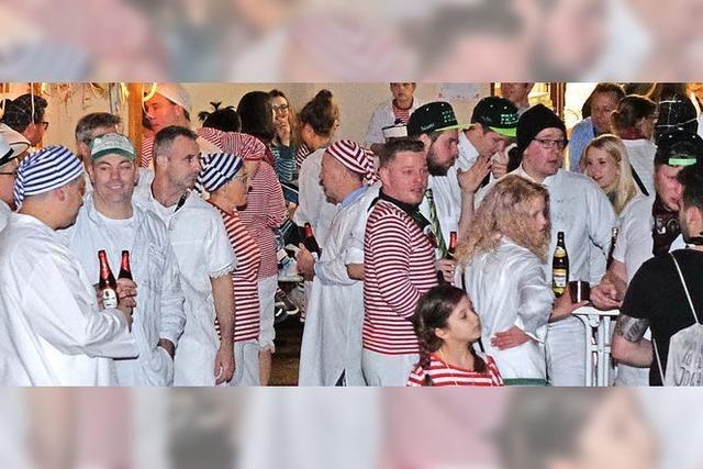 Weißkittel feiern in Weitenaus Halle