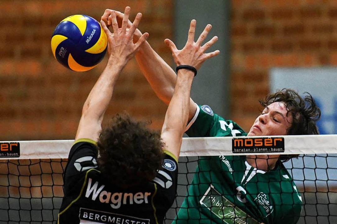Der Freiburger Außenangreifer Giovanni... Zuspielers Fabian Wagner aus Grafing.  | Foto: Patrick Seeger