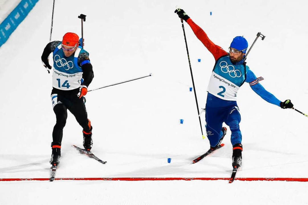 Manchmal entscheiden Zentimeter über S...n Schempp (links) und Martin Fourcade.  | Foto: AFP