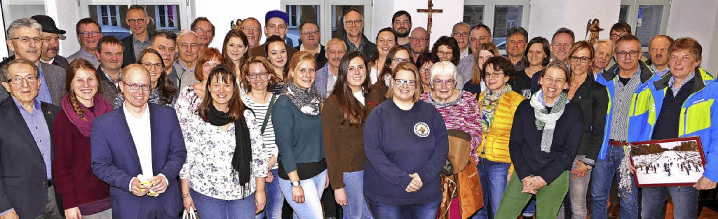 Die Vertreter der 24 Gewinnervereine e...nd einiger Mitglieder des Lions Clubs   | Foto: Peter Stellmach