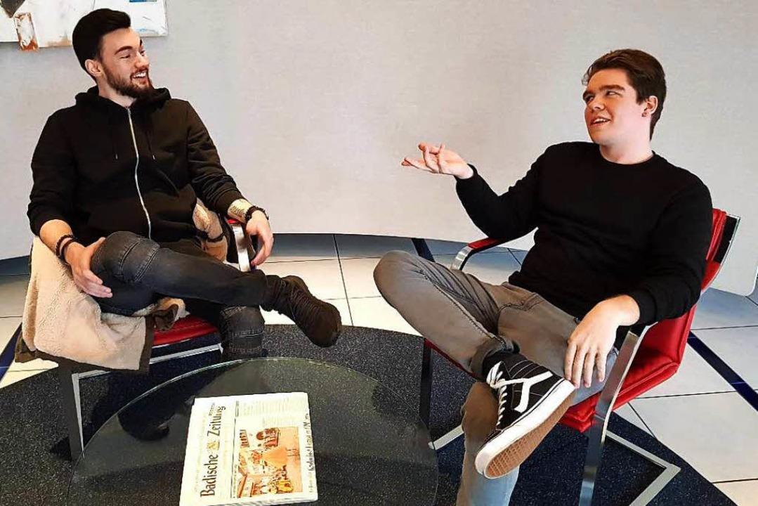 v.l. Maurice und Fabian O. Lächelnd er...h an die ersten Tage im Verlag zurück.    Foto: BZ