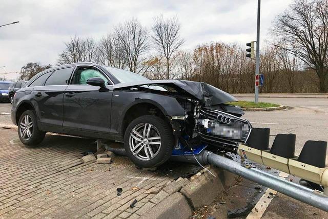 Autofahrer rammt Ampel bei Gundelfingen