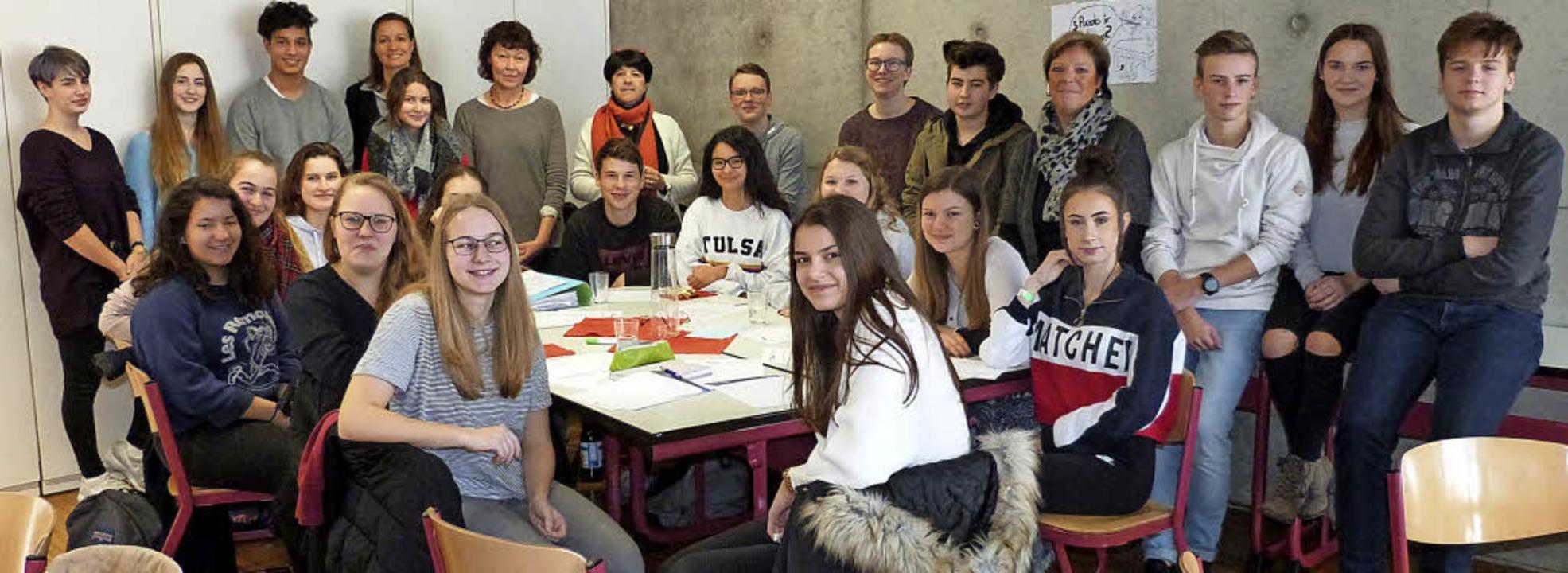 Die Schüler zusammen mit der Landtagsa... Sabine Wölfle (hinten, 4. von rechts)  | Foto: Elias Kunzweiler