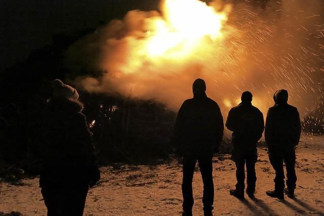 Fasnetfeuer erhellt die Nacht
