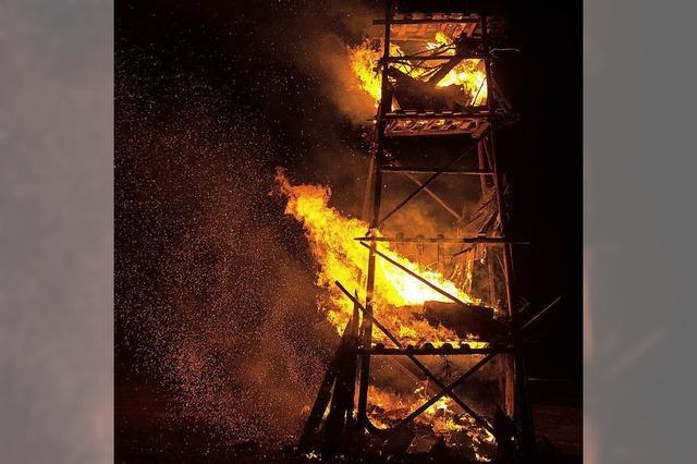Die Flammen lodern, die Funken sprühen
