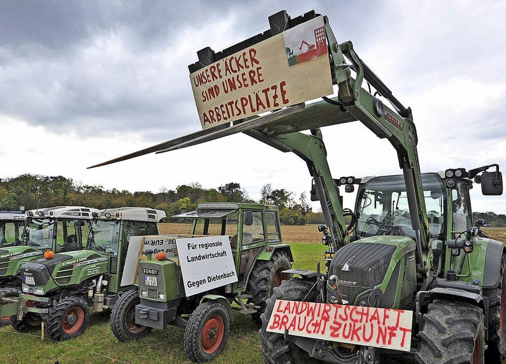 Landwirte in Freiburg protestierten ge...en für den neuen Dietenbach-Stadtteil.  | Foto: Michael Bamberger
