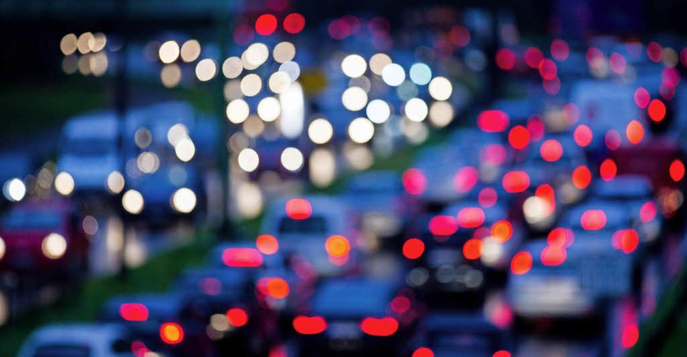 17 Prozent der Pendler fühlen sich nac...er AOK vom Arbeitsweg stark belastet.   | Foto: dpa