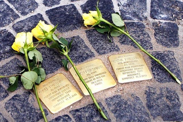 Drei Stolpersteine für Familie Friedmann verlegt