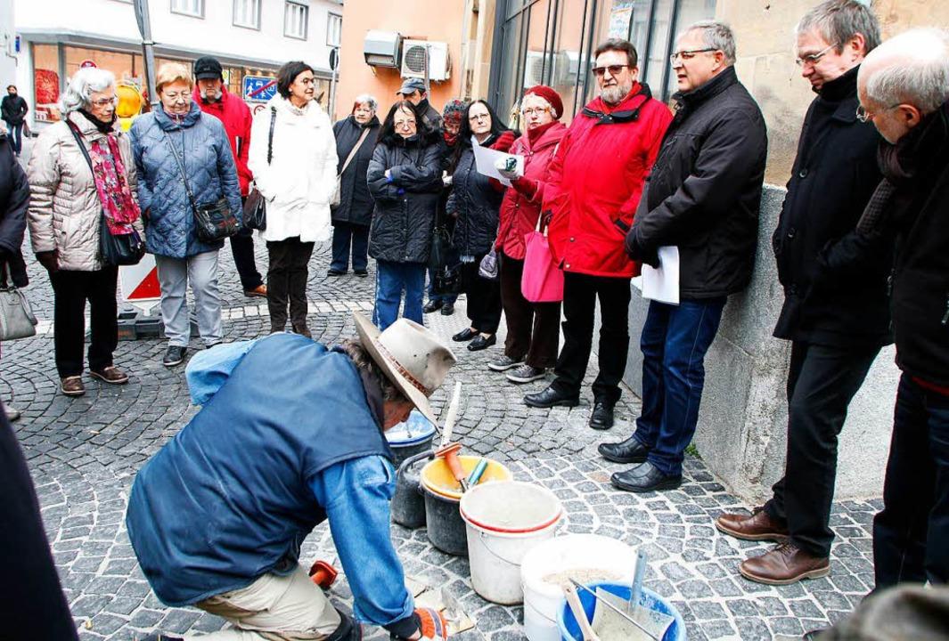 Vor dem Haus Kaiserstr. 27. verlegt Gunter Demnig die drei Stolpersteine.  | Foto: Heidi Foessel