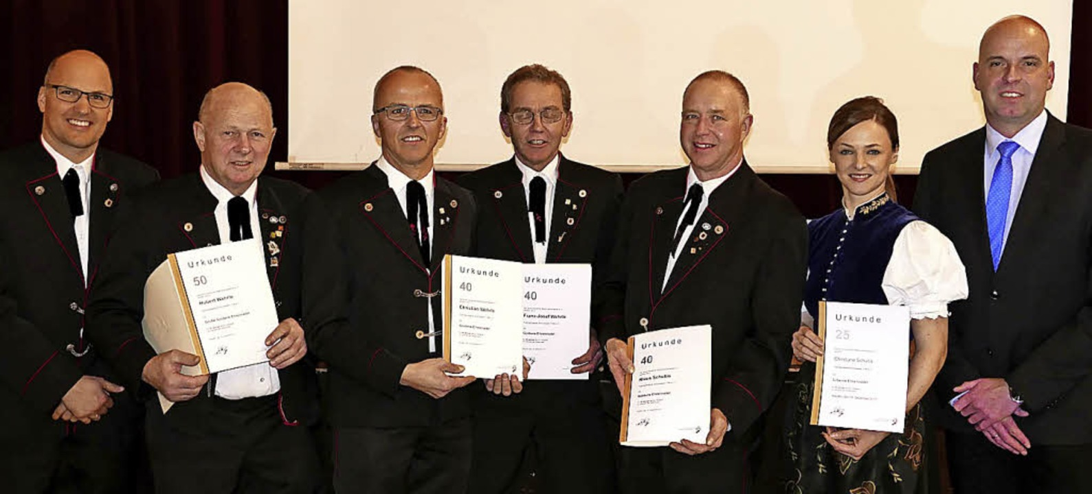Bürgermeister Stephan Schonefeld (rech...Christiane Schultis (25, von links)).   | Foto: Horst Dauenhauer