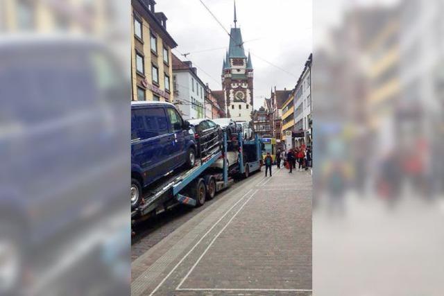 Autotransporter verirrt sich in Fußgängerzone