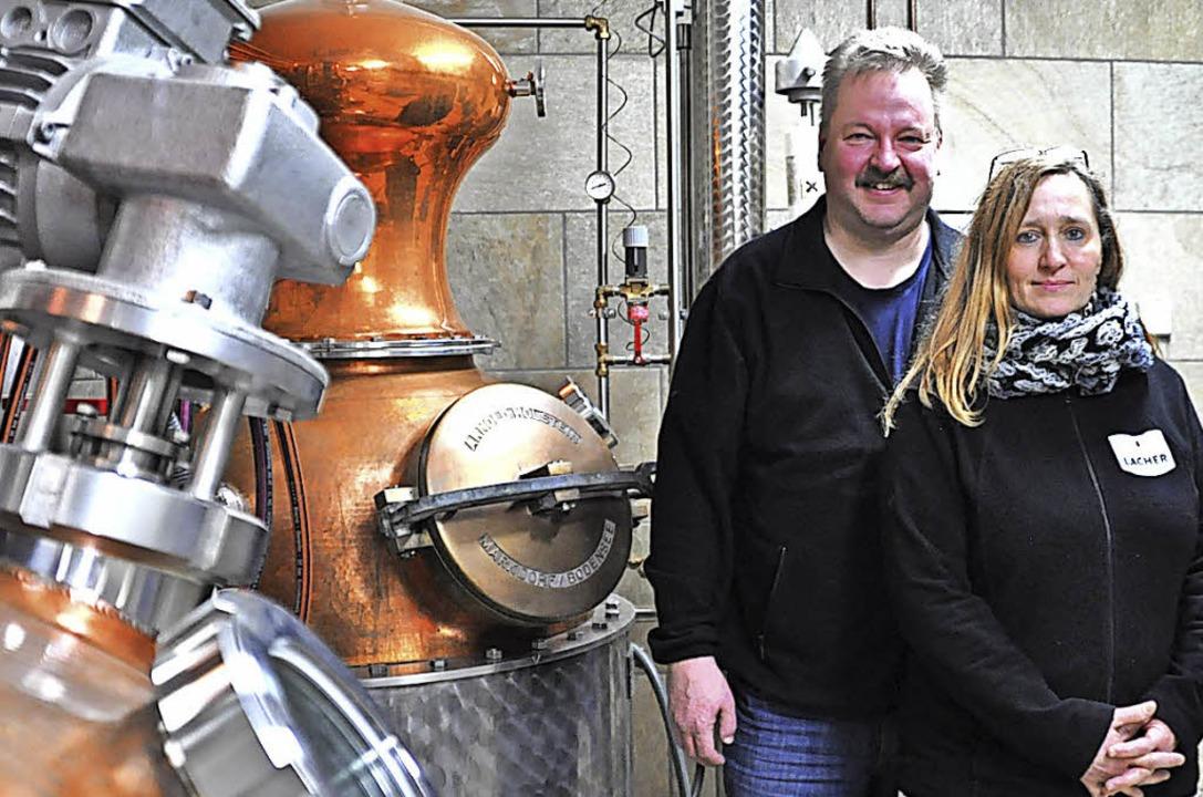 Frank und Corina Lacher brennen seit fünf Jahren Edelbrände.  | Foto: Nicolai Kapitz