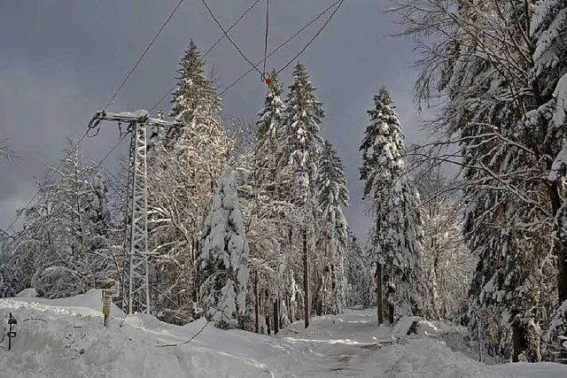 Eine Stromleitung kommt in die Erde