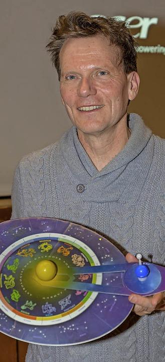Hobbyastronom Hartmut Rosa weiß viel über Sterne zu erzählen.  | Foto: Wilfried Dieckmann