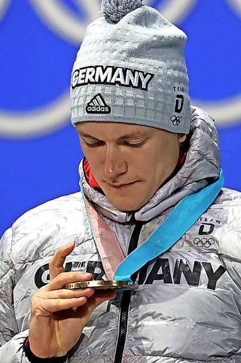 Ist die echt? Benedikt Doll mit seiner Bronzemedaille  | Foto: DPA