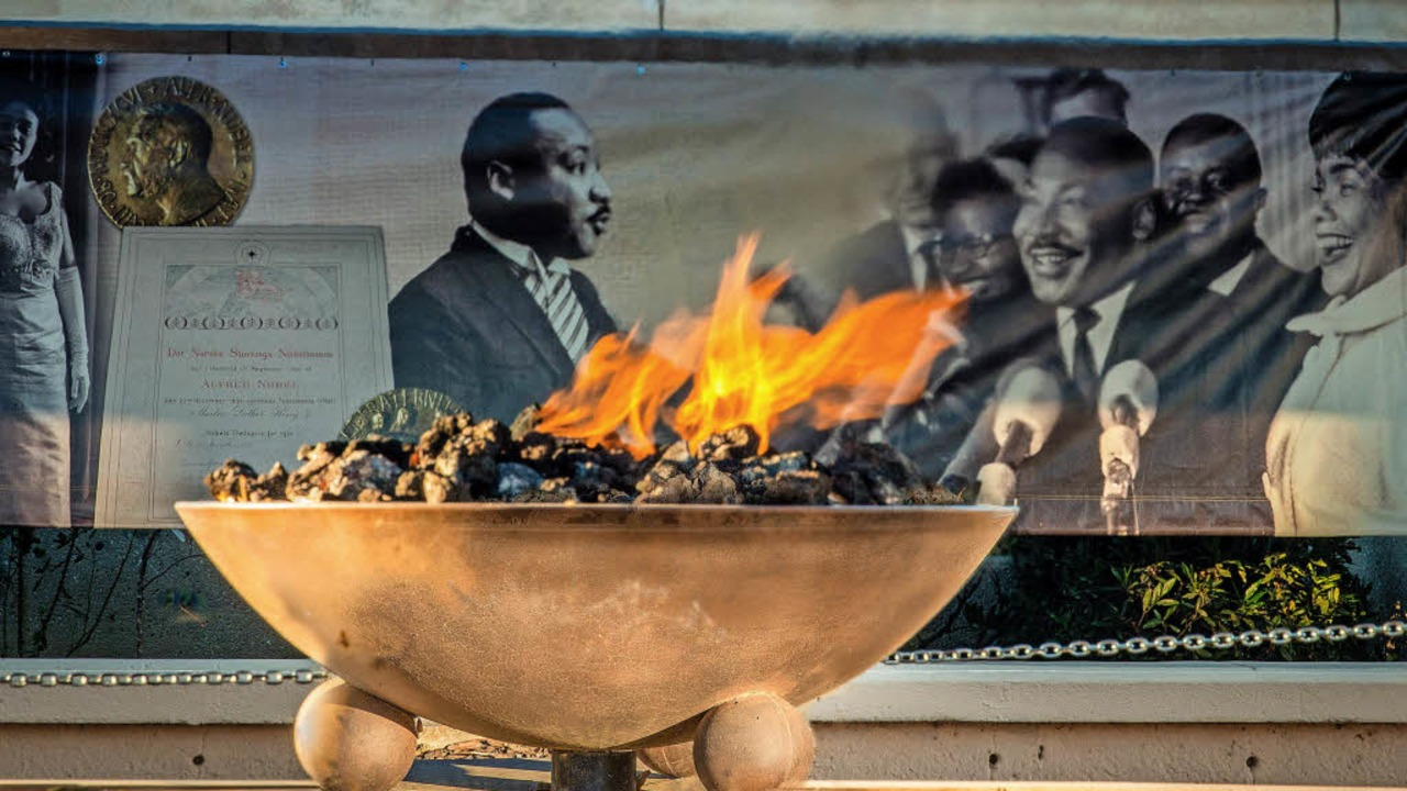 Ewige Flamme: Sie symbolisiert   nahe ...n Weißen im Bus aufzustehen (rechts).   | Foto: dpa