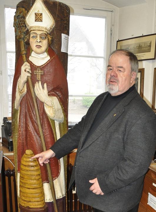 Karl Pfefferle mit dem Heiligen Ambrosius, dem Schutzpatron der Imker.  | Foto: Rainer Ruther