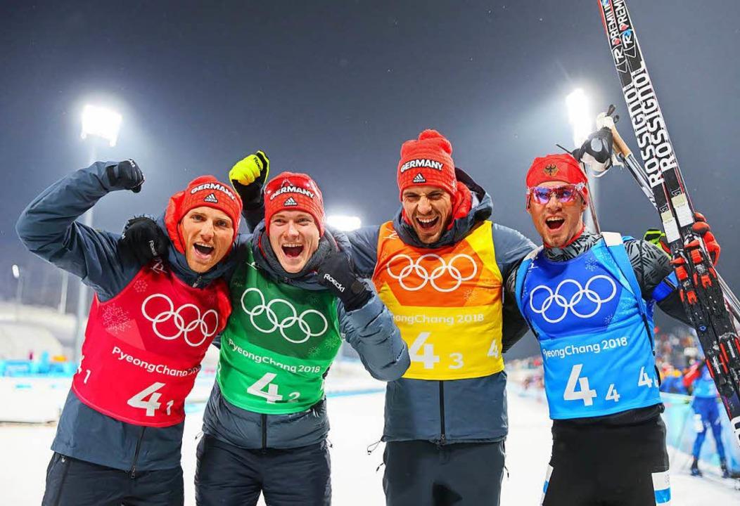 Die Biathleten freuen sich über Bronze... Doll, Arnd Peiffer und Simon Schempp.  | Foto: dpa