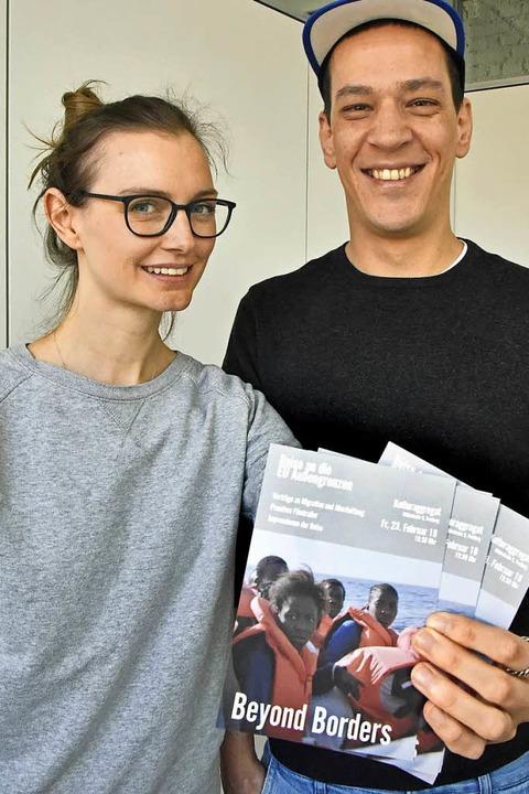 Corinna Rauer und  Dschafar El Kassem mit ihren Flyer  | Foto: Michael Bamberger