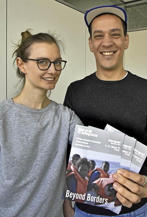 Corinna Rauer und  Dschafar El Kassem mit ihren Flyern    Foto: M. bamberger