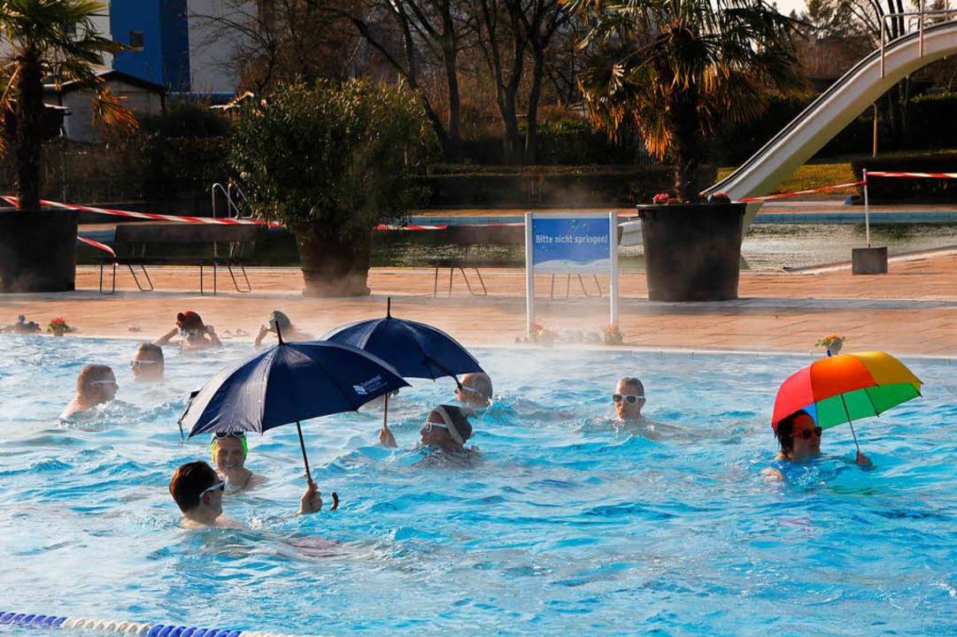 Das diesjährige Anbaden steht unter de...egäste Sonnenbrillen und Regenschirme.  | Foto: Dora Volke