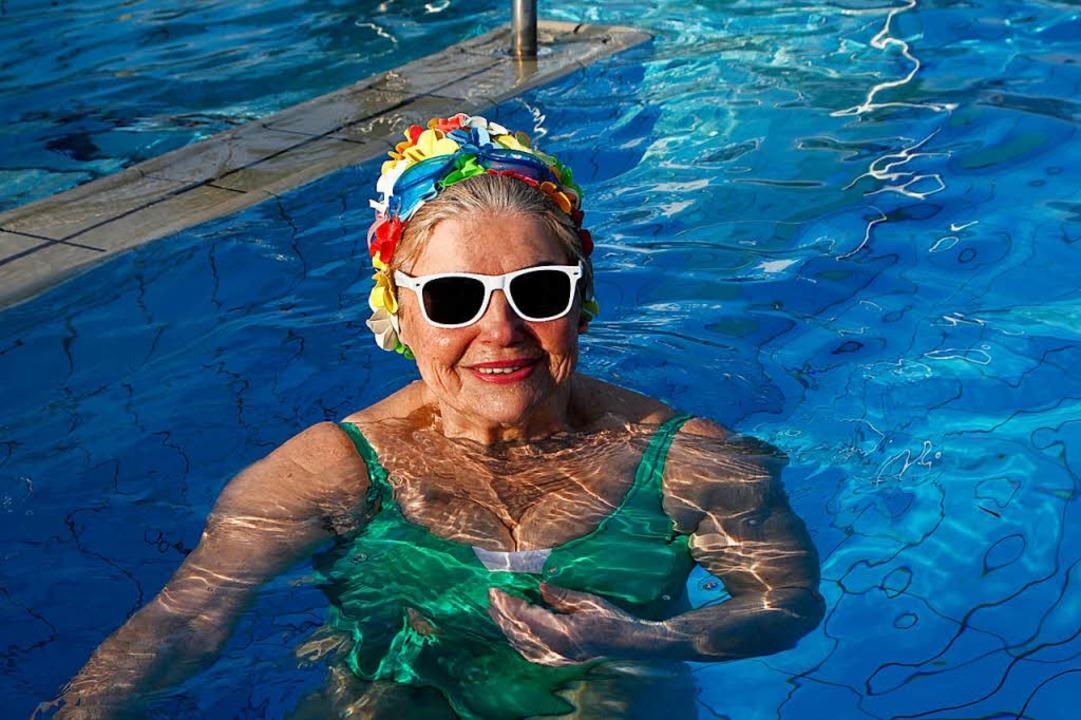 Renate Nitzsche freut sich über das 28 Grad warme Wasser.  | Foto: Dora Volke