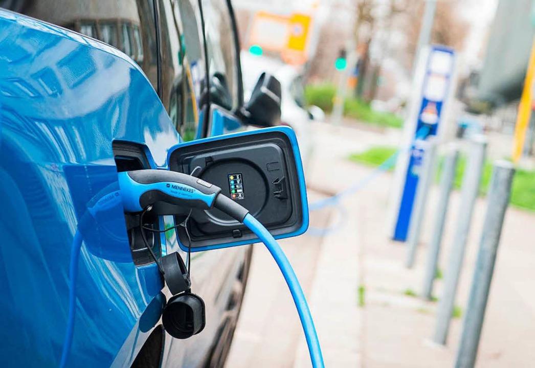 Das E-Auto kann mit Solarstrom geladen werden.     Foto: DPA
