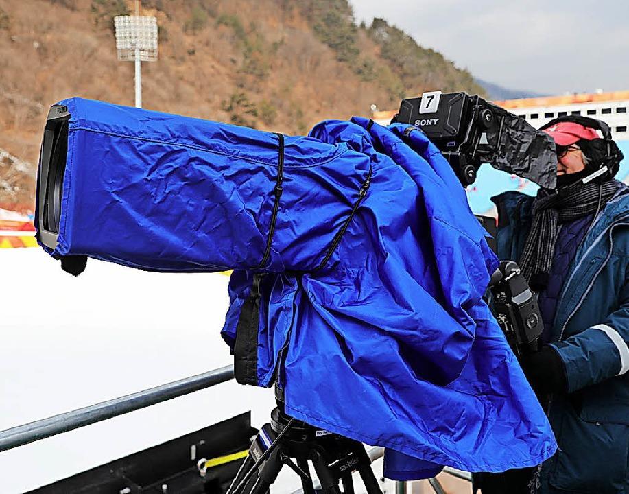 Alles im Blick – ein Kameramann bei Olympia in Südkorea   | Foto: dpa