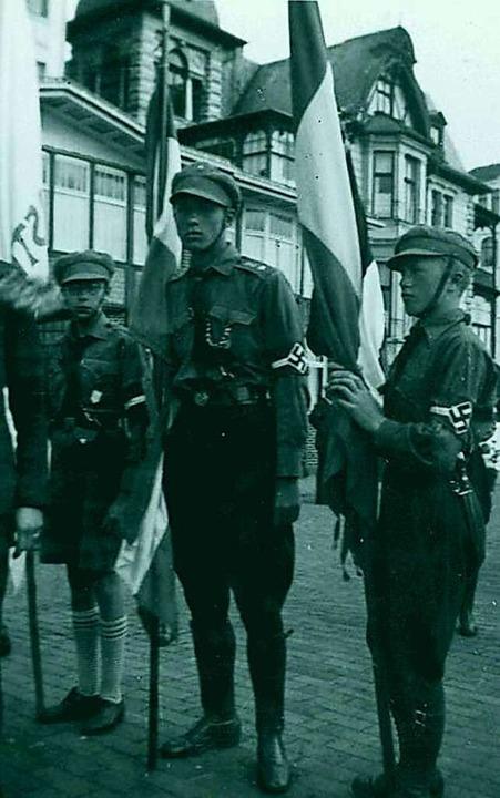 ...als HJ-Führer (Mitte)  | Foto: -