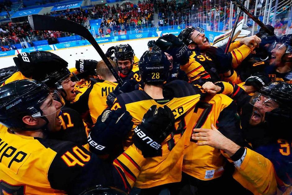 Grenzenloser Jubel bei der deutschen Eishockey-Nationalmannschaft nach dem Sieg über Kanada im Halbfinale der Olympischen Spiele. (Foto: dpa)
