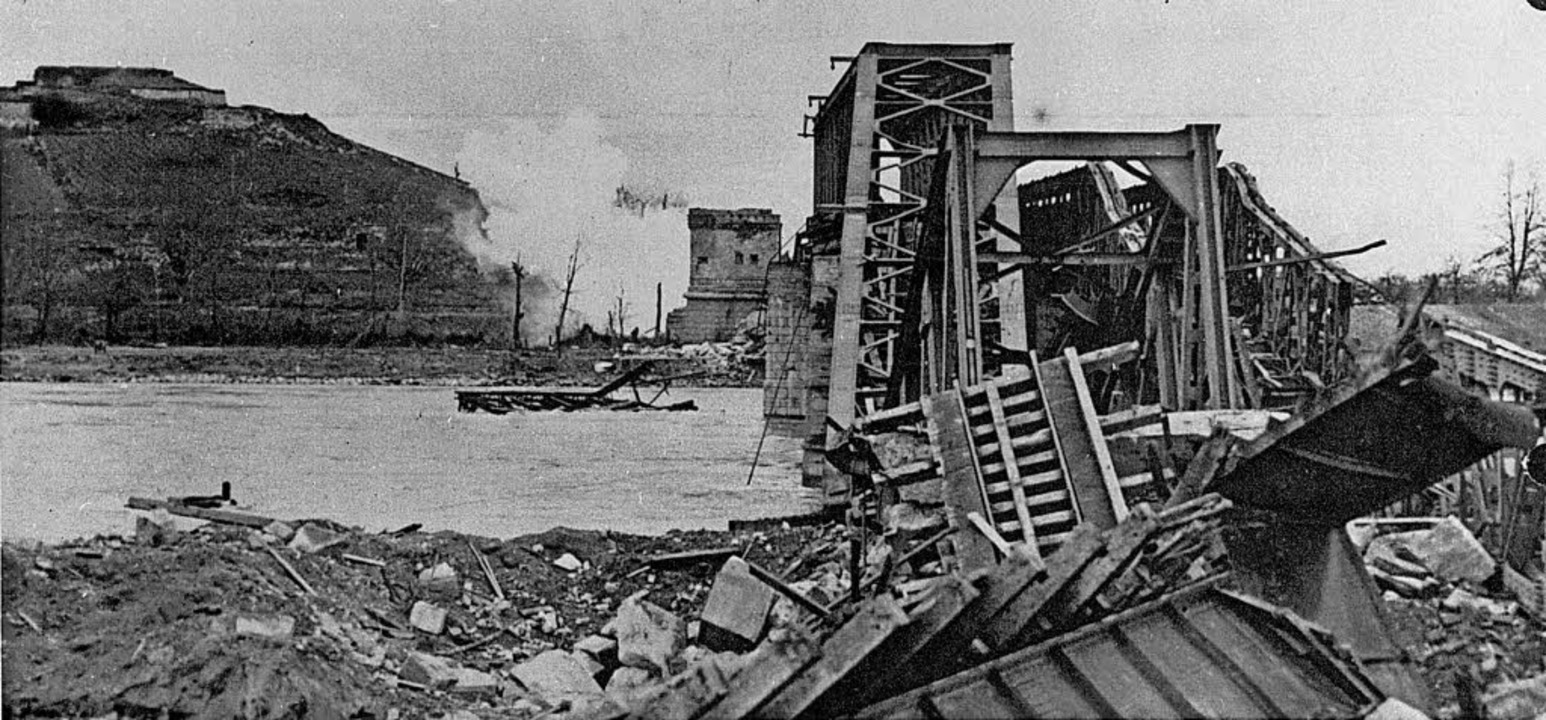Aufnahme aus dem Jahr 1945: die zerstörte Brücke bei Breisach am Rhein   | Foto:  stadtarchiv breisach