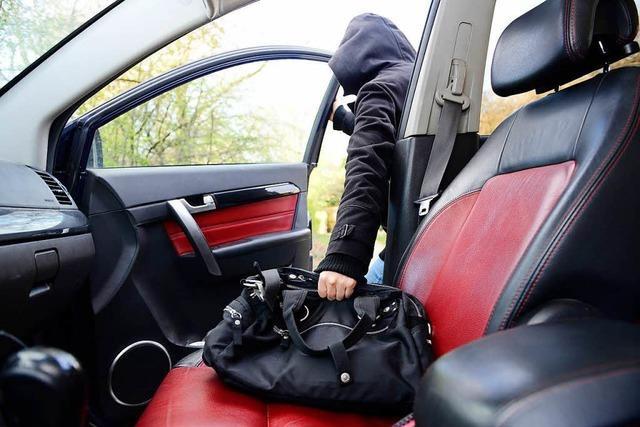 Handtasche aus einem Pkw gestohlen