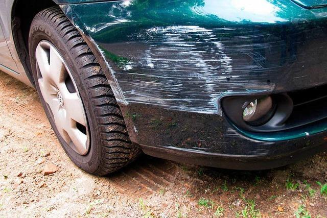 Auto zerkratzt und mit Flüssigkeit übergossen