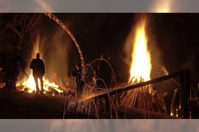 Scheibenfeuer lodern in den Abendhimmel