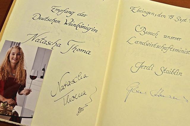 Altbürgermeister und Ehrenbürger Eugen Schüler hat das Goldene Buch in Ebringen eingeführt