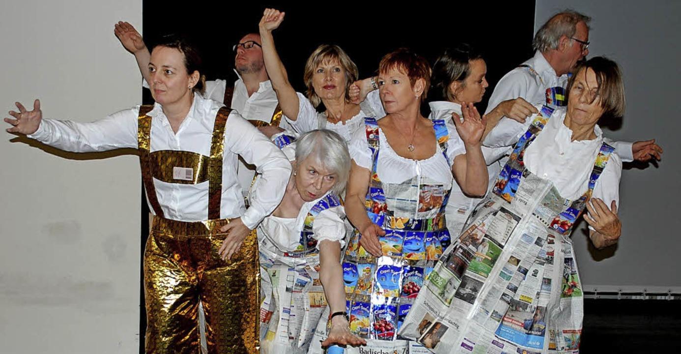 Mit Goldlederhosen und Konsumdirndln b...e die Oktoberfeststimmung des Stücks.   | Foto: Barbara Puppe