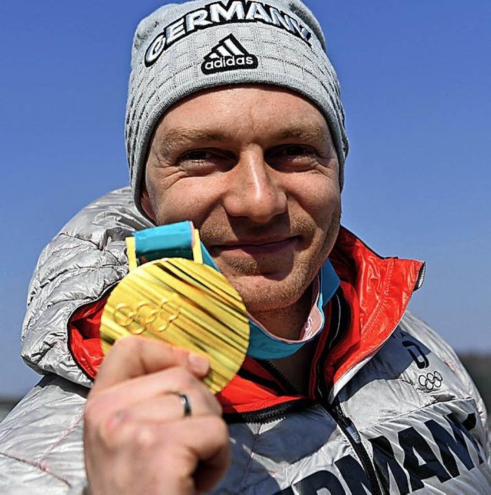 Doppelchampion Friedrich zeigt stolz seine zweite Goldmedaille.  | Foto: dpa