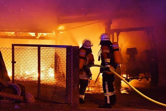 Feuer zerstört Schopf und Traktoren in Friesenheim