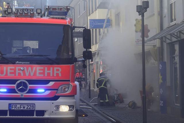 Feuerwehr rettet Frau mit Baby bei Brand in der Schiffstraße mit der Drehleiter