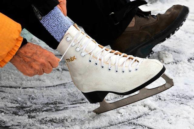Die Eisdecke des Titisees ist zu dünn – doch viele Besucher ignorieren die Verbotsschilder