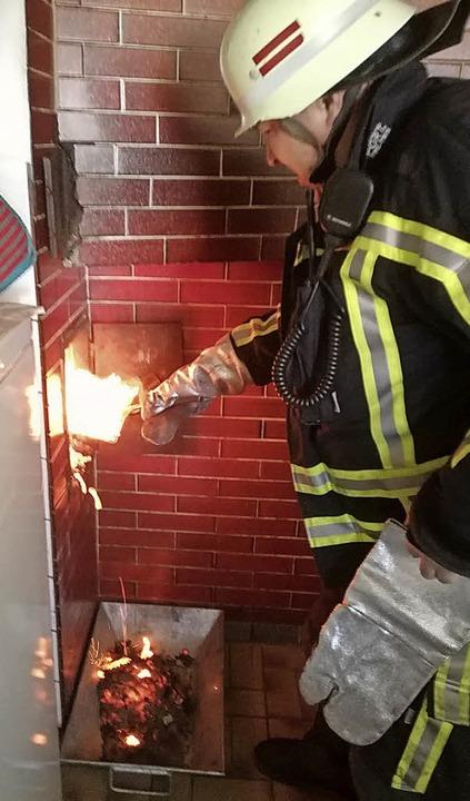 Einen Kaminbrand bekämpfte die Feuerwehr am Sonntag in Gündelwangen.   | Foto: Olaf thor