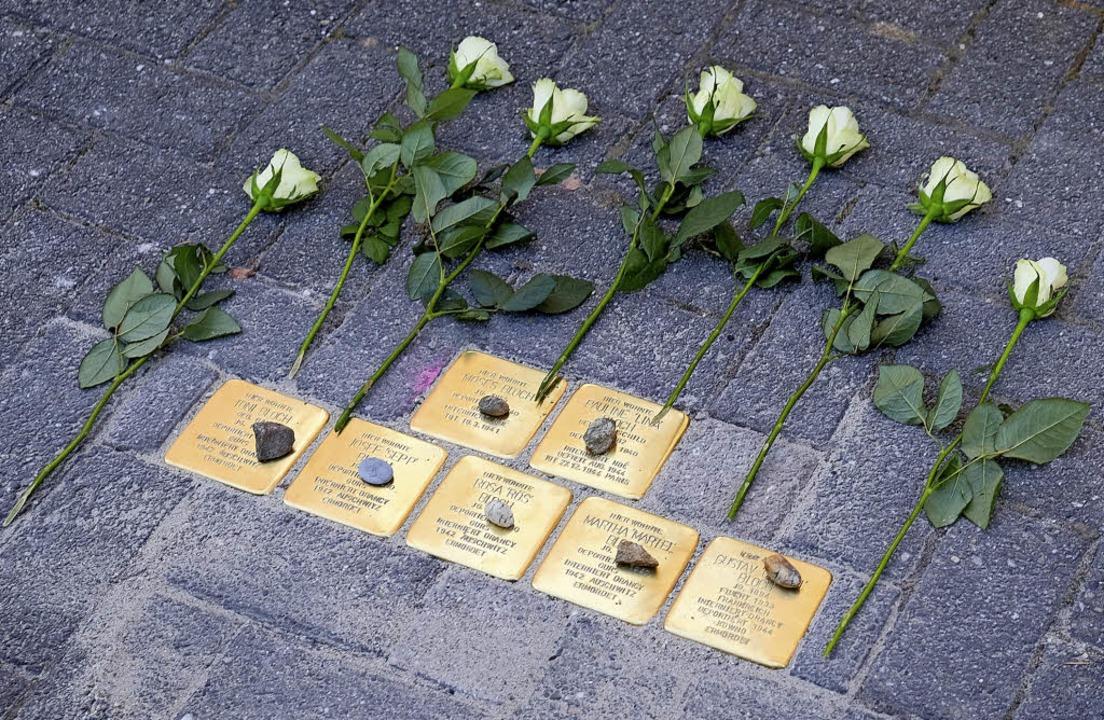 Sieben Stolpersteine in Gedenken an si...nnen und Sulzburger jüdischen Glaubens    Foto: Martin Pfefferle