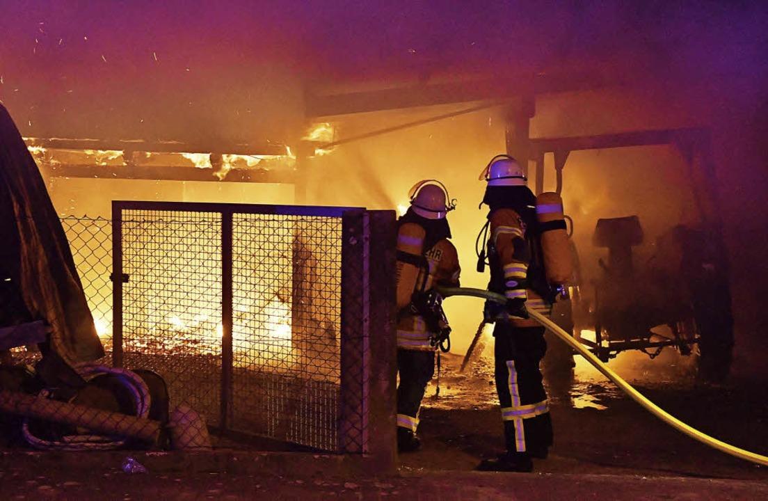 Die Feuerwehr verhinderte, dass der Br...uf das angrenzende Gebäude übergriff.   | Foto: Wolfgang Künstle